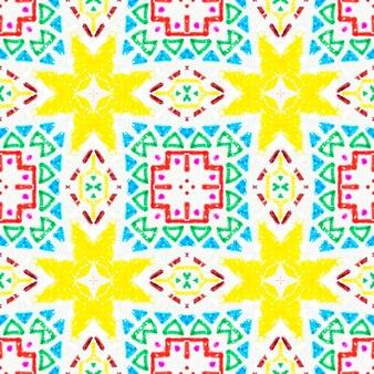 赤、緑、白の抽象的な背景。手作りのレトロな飾り。幾何学的な刺繡。