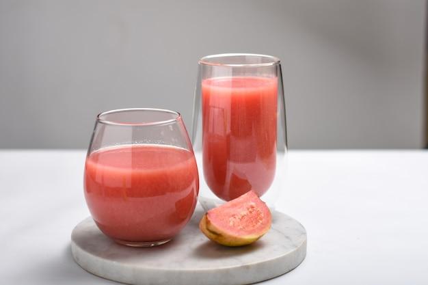 Смузи из красной гуавысок в стакане индийское название этого фрукта - амруд джаам или перу