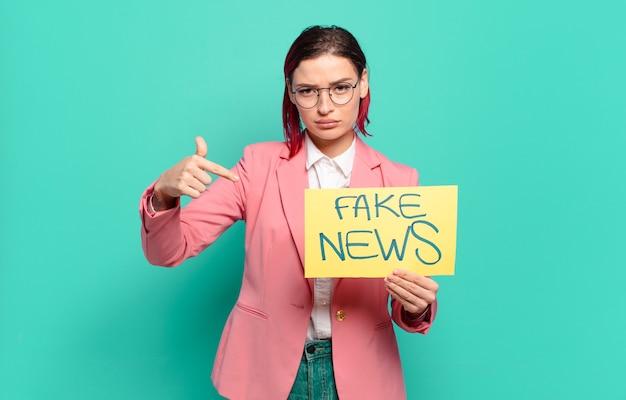 赤い髪のクールな女性の偽のニュースの概念