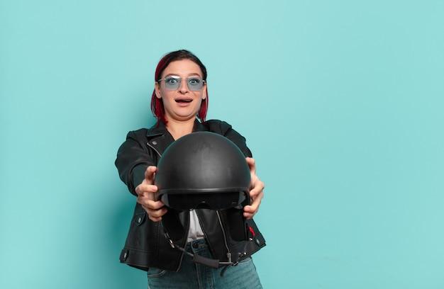 赤い髪のクールな女性のバイクライダーの概念