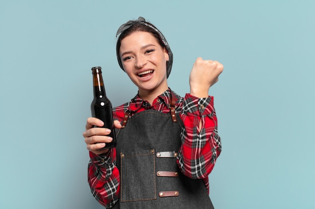 맥주 botle와 빨간 머리 멋진 여자
