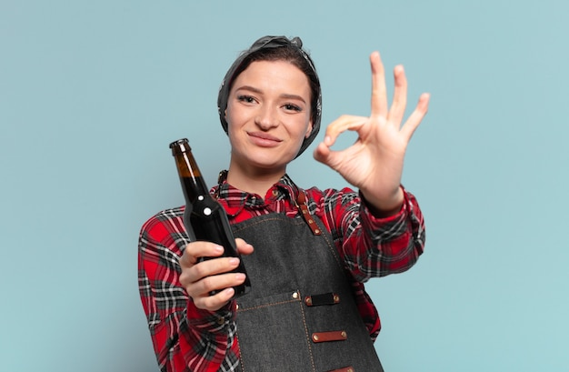 Рыжие волосы крутая женщина с бутылкой пива