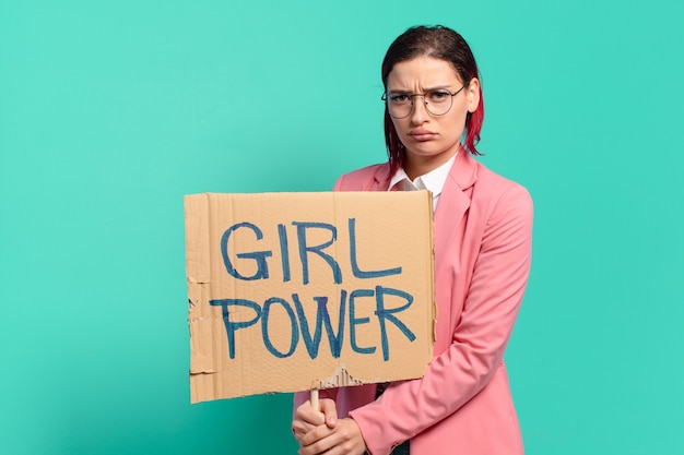 女の子のパワーサインと赤い髪のクールな女性