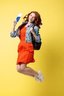 赤い髪、幸せ、若い、女、旅行、パスポート、ジャンプ、跳躍