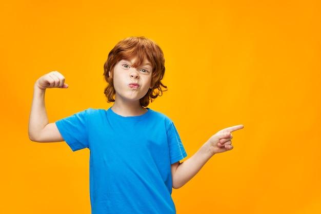 Рыжий мальчик шутит над желтым и показывает пальцем в сторону