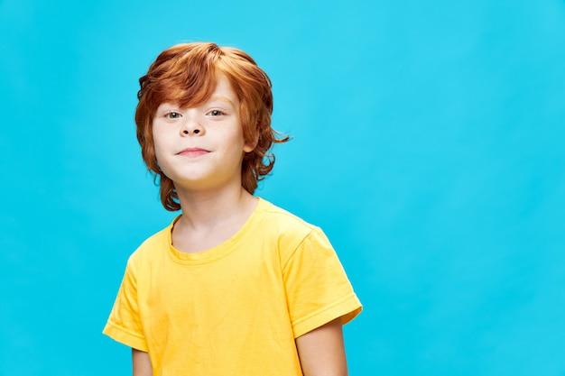 孤立した笑顔を先取りする赤毛の少年
