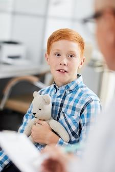医者と話している赤髪の少年