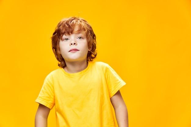 Рыжий мальчик с заинтересованным выражением лица