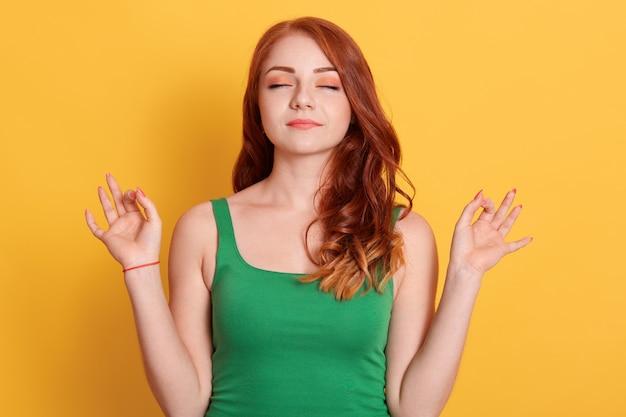 赤い髪の少女は平和を感じます