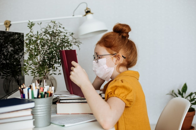 코로나 바이러스 전염병으로 인해 홈 스쿨 빨간 머리 소녀
