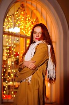 通りで冬の夜の赤毛の女の子