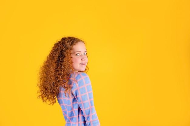 Рыжая девушка на желтой поверхности, стоит в полу очереди