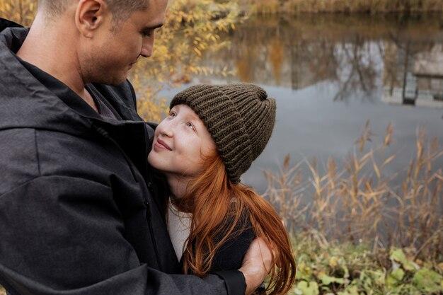 赤毛の少女は頭を上げて、お父さんを優しく見つめます。