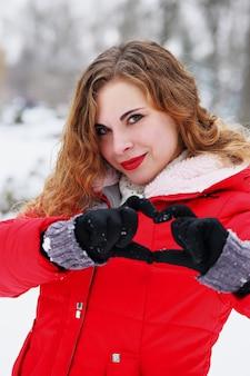 발렌타인 데이에 그녀의 손으로 마음을 보여주는 나가서는 소녀
