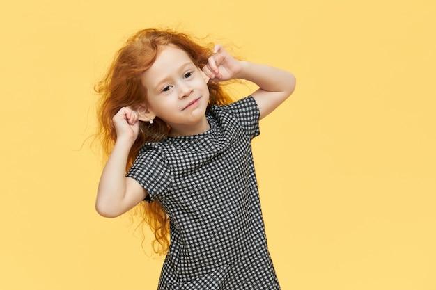 검은 색과 흰색 드레스와 빨간 머리 소녀
