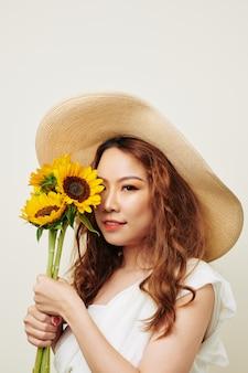 Рыжая девушка с цветами