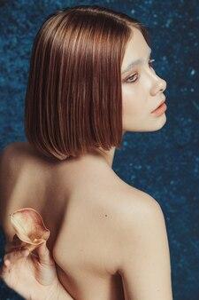 カラダの花を肩甲骨の間に挟んだ赤髪のモデル