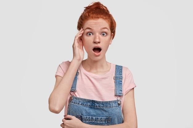 빨간 머리 멍청한 여학생, 시험에서 나쁜 결과를 얻은 것에 충격