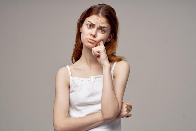Рыжеволосая женщина эмоции модель белая футболка проблемы со здоровьем