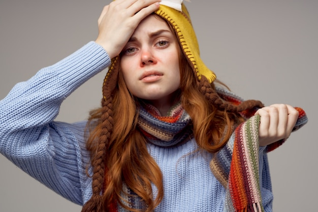 赤毛の女性インフルエンザ感染ウイルスヘルスケア明るい背景。高品質の写真