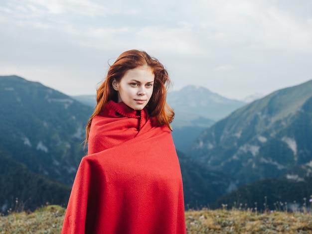 자연 여행 관광에 산에서 그녀의 어깨에 격자 무늬와 빨간 머리 여자.