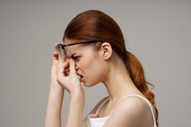 眼鏡の視力に問題のある赤毛の女性倦怠感