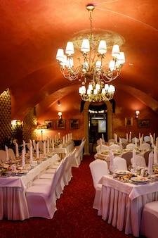 Красный зал готов к банкету.