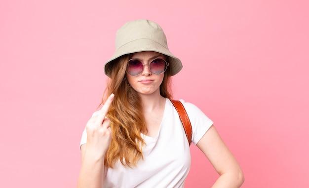 Рыжая красивая женщина-турист чувствует себя сердитой, раздраженной, мятежной и агрессивной