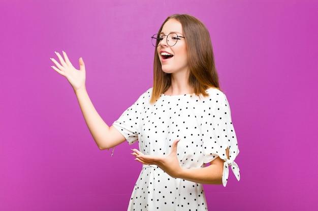 Рыжая женщина, исполняющая оперу или поющая на концерте или шоу, чувствуя себя романтичной, артистичной и страстной на фиолетовой стене