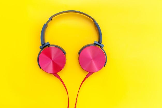 노란색 테이블에 빨간 헤드폰