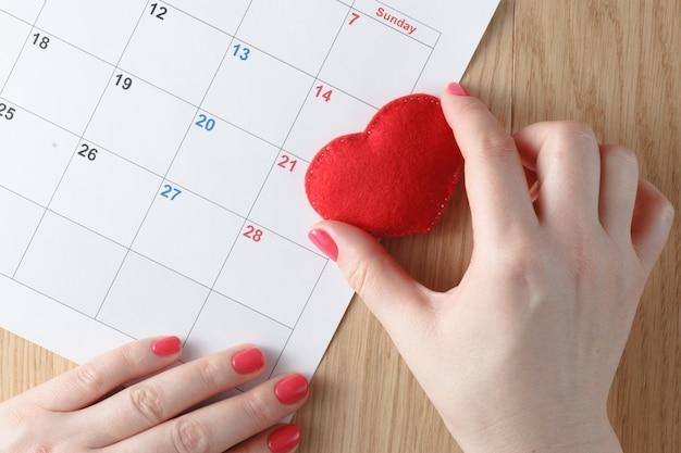 Красное сердце и календарь, месяц любви