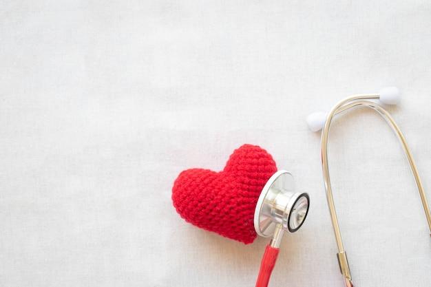 Красное сердце и стетоскоп. здоровье сердца, кардиология, страховой план, пульс и гипертония.