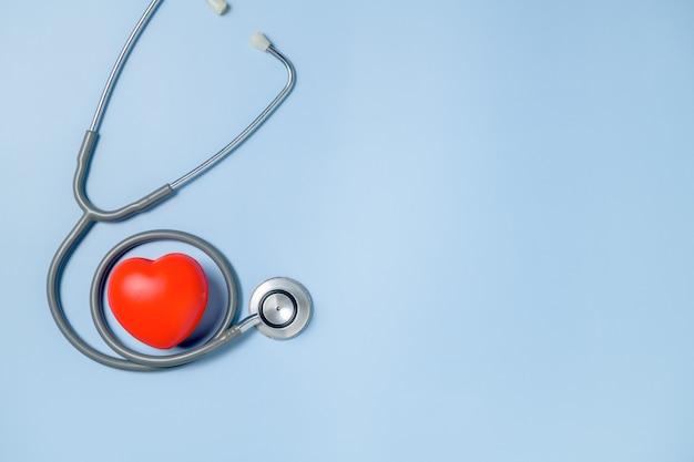Красное сердце и стетоскоп изолированы, вид сверху и копия пространства, концепция дня врача