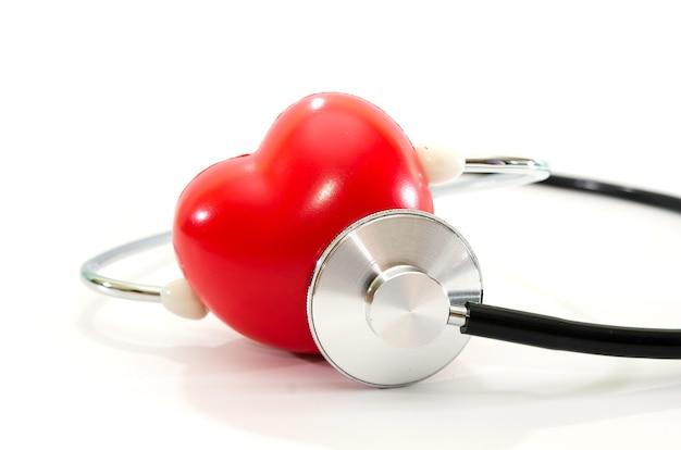 赤いハートと白の聴診器。心に耳を傾けます。医療の概念。