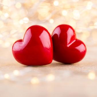 赤いハートの背景のボケ味、バレンタインの日グリーティングカード。
