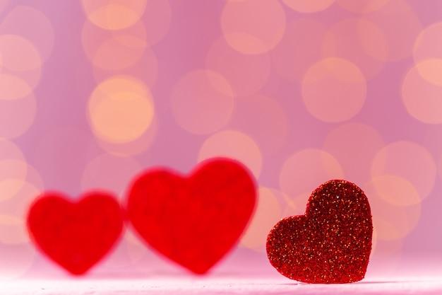 ピンクのボケ味の正面図に対する赤いハートの装飾