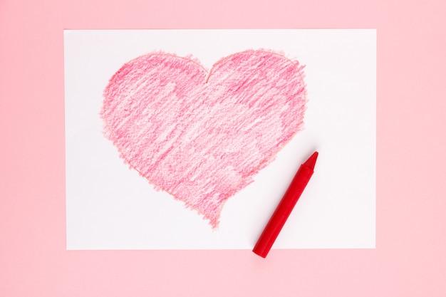 Красное сердце, нарисованное ребенком