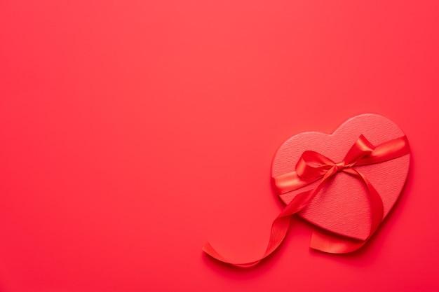 赤い表面に赤いハートのギフトボックス