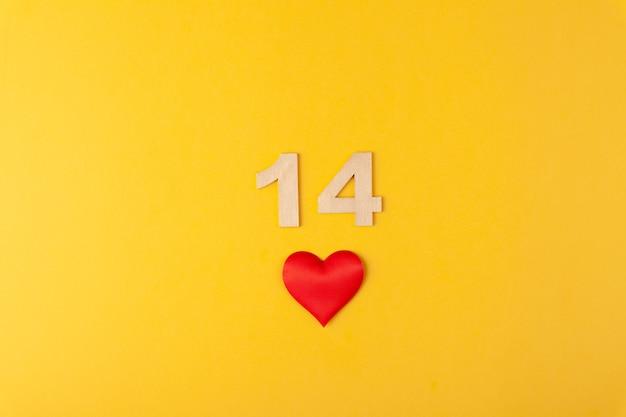 赤いハート、黄色の背景に金色の数字14、グリーティングカード2月のバレンタインデー、愛の背景、ロマンス、水平、コピースペース、フラットレイ