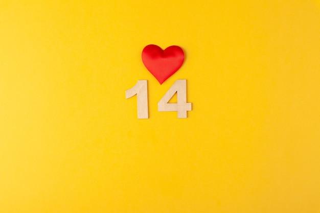 赤いハート、黄色の背景に金色の数字14、グリーティングカード2月のバレンタインデー、愛の背景、ロマンス、水平、コピースペース、横たわるuot