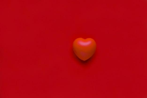 Красное сердце здравоохранение любовь и концепция семьи всемирный день здоровья сердце на фоне плоскости
