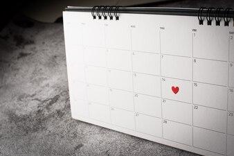カレンダー、バレンタインデーのコンセプトに2月14日に赤いハート