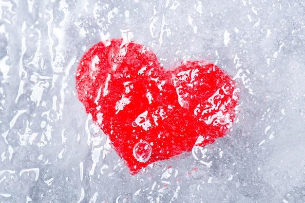 Красное сердце во льду