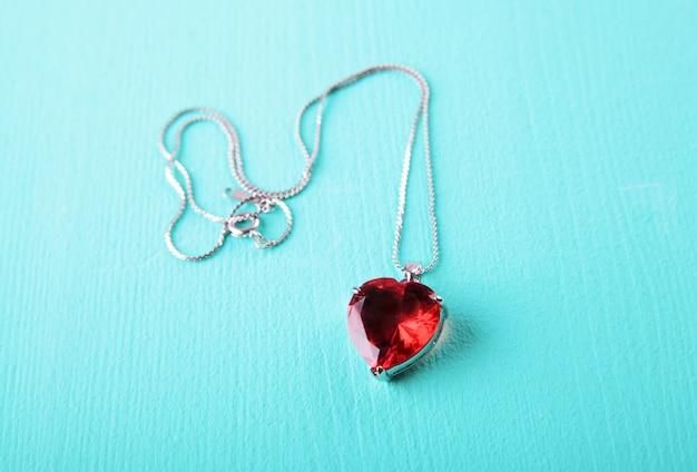 Красное сердце, украшения