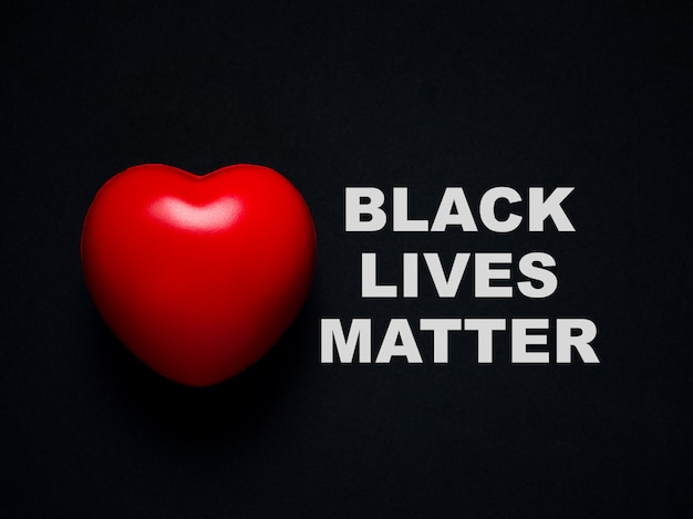 붉은 마음. 사랑과 관심, 검은 생명 문제 개념.