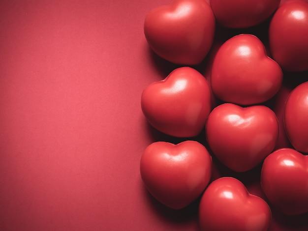 赤いハート。愛、ケア、バレンタインデーのコンセプト。