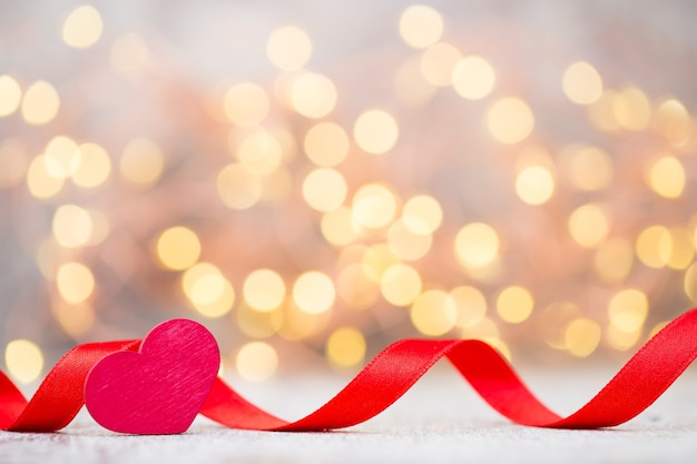 Красное сердце из ленты. день святого валентина фон.