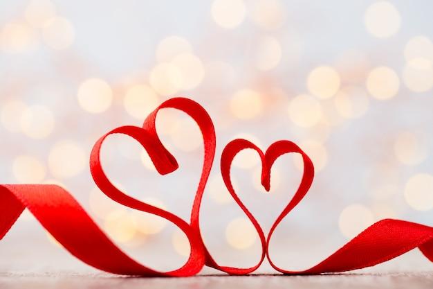 リボンの赤いハート。バレンタイン・デー。