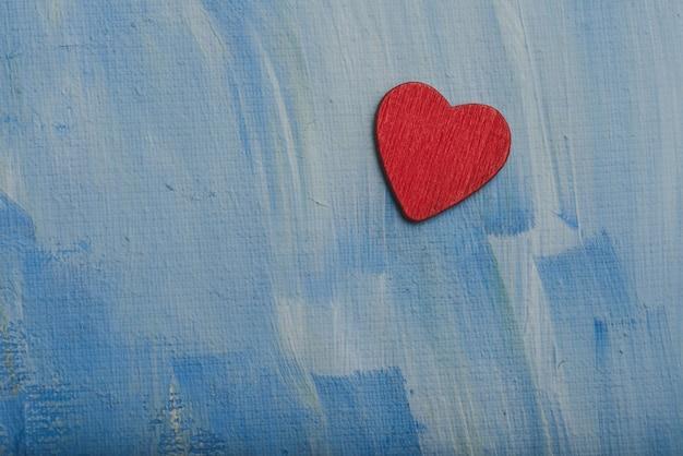 青い壁に赤いハート