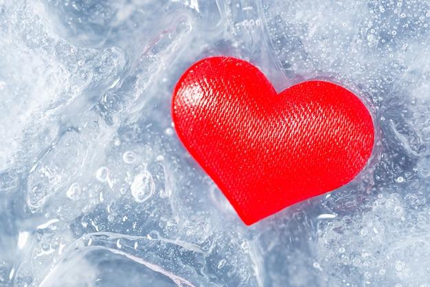 溶ける氷のかけらに赤いハート